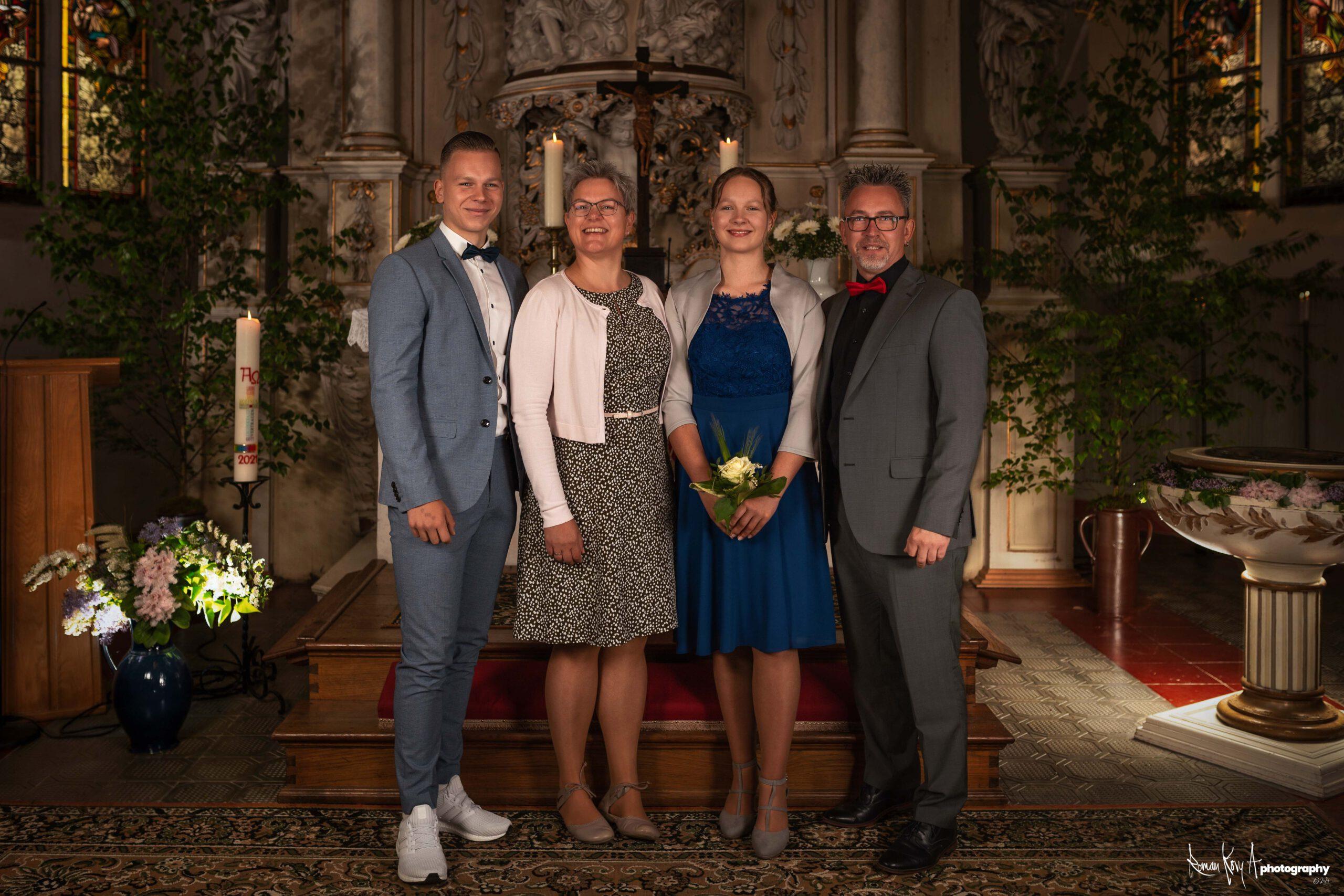 Konfirmation in der Evangelischen Kirche Milkel Mai 2021. Familienfoto vor dem Altar. Foto: Roman Koryzna / Roman Kory A Photography. © 2021